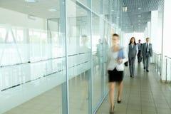 Empresários no corredor Fotografia de Stock