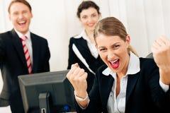 Empresários no escritório que tem o grande sucesso Fotografia de Stock Royalty Free