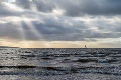 Empreste a surfista do vento mares agitados Skys tormentoso fora de Ayr Escócia Imagens de Stock
