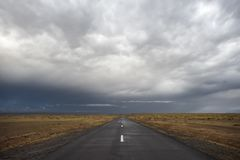 Empty road under stormy dramatic sky Royalty Free Stock Photos