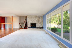 Empty beautiful living room with a fireplace Royalty Free Stock Photography