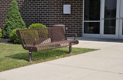 Empty bench by a building Royalty Free Stock Photos