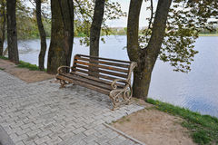 Empty bench by the water Royalty Free Stock Photos