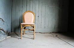 Empty chair and grungy wall Royalty Free Stock Photography