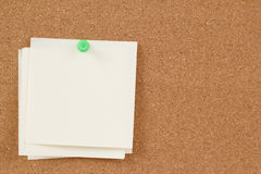 Empty note papers on cork board Royalty Free Stock Images