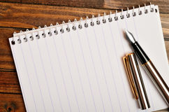 Empty notepad with fountain pen Royalty Free Stock Photography
