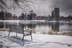 Free Empty Park Bench With Snow, Trees And Lake Royalty Free Stock Images - 89532919