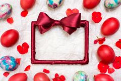Empty red frame and painted Easter eggs Stock Photography