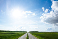 Empty road leading toward horizon Royalty Free Stock Images