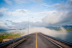 Empty street in the fog Royalty Free Stock Photos