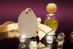 Empty tag com curva e perfume amarelos no fundo Fotos de Stock Royalty Free