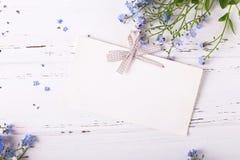 Empty tag com curva e quadro dos miosótis ou dos myos azuis Imagens de Stock