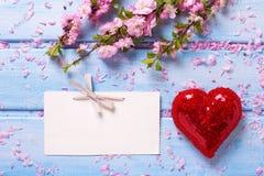 Empty tag, fleurs roses de Sakura et coeur rouge décoratif sur bleu Photo libre de droits