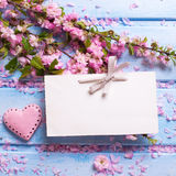 Empty tag, flores rosadas de Sakura y poco corazón decorativo encendido Imagen de archivo