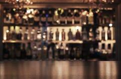 Emptywooden-Stangenzähler mit Kopienraum stockfoto