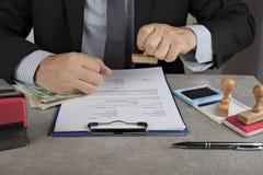 Empujador de lápiz que pide un soborno en euros o en dólares imagen de archivo libre de regalías