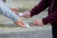 Empujador y drogadicto que intercambian el dinero y la droga Imagen de archivo libre de regalías