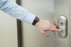 Empujando el elevador abajo abotone Foto de archivo libre de regalías