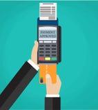 Empujando la tarjeta de crédito manualmente adentro al terminal de la posición Imágenes de archivo libres de regalías