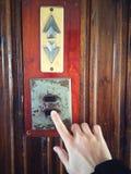 Empujar el botón del elevador Fotos de archivo