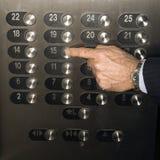 Empujar el botón del elevador manualmente Imágenes de archivo libres de regalías
