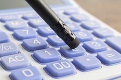 Empujar el botón del número de la calculadora con el lápiz Fotografía de archivo