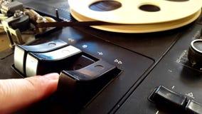 Empujar el botón en la grabadora almacen de metraje de vídeo