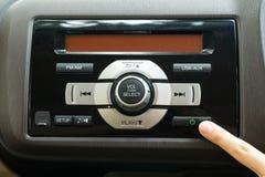 Empujar el botón de encendido para girar el equipo estéreo para coche 1 Imagen de archivo