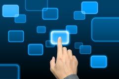 Empujar un botón manualmente en un interfaz de la pantalla táctil imagenes de archivo