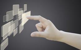 Empujar un botón manualmente en un interfaz de la pantalla táctil fotografía de archivo