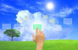 Empujar un botón manualmente en una pantalla táctil Fotografía de archivo libre de regalías