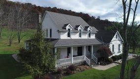Empuje aéreo lento en casa típica de la granja de Pennsylvania almacen de video