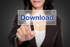 Empuje de la mujer para transferir el botón en la pantalla virtual Fotografía de archivo