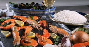 Empuje del carro debido al ingrediente para una paella española de los mariscos: mejillones, gambas del rey, langoustine metrajes