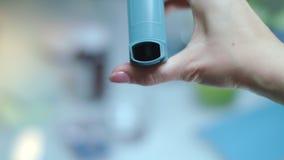 Empuje el inhalador del asma Paciente del asma del equipamiento médico Tratamiento médico almacen de video