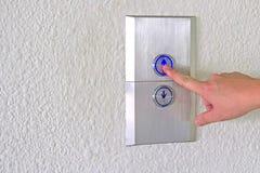 Empuje hacia arriba el botón del elevador Imagen de archivo