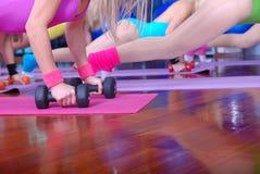 Empuje hacia arriba el ejercicio con pesas de gimnasia Imagen de archivo libre de regalías