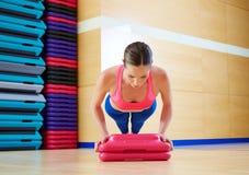 Empuje hacia arriba el entrenamiento del ejercicio de la mujer de los pectorales Foto de archivo libre de regalías