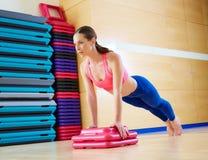 Empuje hacia arriba el entrenamiento del ejercicio de la mujer de los pectorales Imagen de archivo libre de regalías