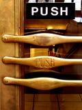 Empuje la maneta de puerta de cobre amarillo Imágenes de archivo libres de regalías