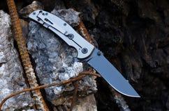 Empunhadura branca e lâmina de faca preta Faca urbana Fotografia de Stock Royalty Free