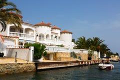Empuria brava运河和房子  免版税库存图片