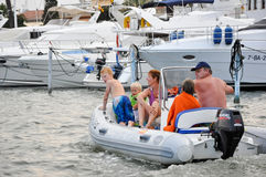 EMPURIABRAVA- 7月10日:Empuriabrava 7月10,2013的水路在卡塔龙尼亚。Empuriabrava是其中一wor的最大的小游艇船坞 免版税库存照片