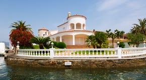 住宅小游艇船坞的豪华家 Empuriabrava 库存照片