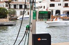 EMPURIABRAVA- 10 JULI: De weg en het benzinestation van het Empuriabravawater op 10,2013 Juli in Catalonië. Stock Foto
