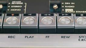 Empurrão para a frente e botão de rebobinação em um gravador do vintage video estoque
