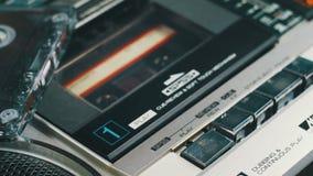 Empurrando o botão do jogo e de parada no gravador do vintage video estoque