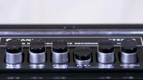 Empurrando o botão do jogo em um gravador do vintage video estoque
