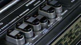 Empurrando o botão do jogo em um gravador do vintage filme