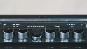 Empurrando o botão do jogo em um gravador do vintage vídeos de arquivo